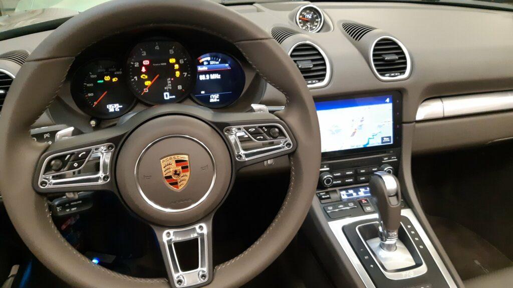 Remplacement du volant sport de série par le modèle Sport GT multifonctions et chauffant